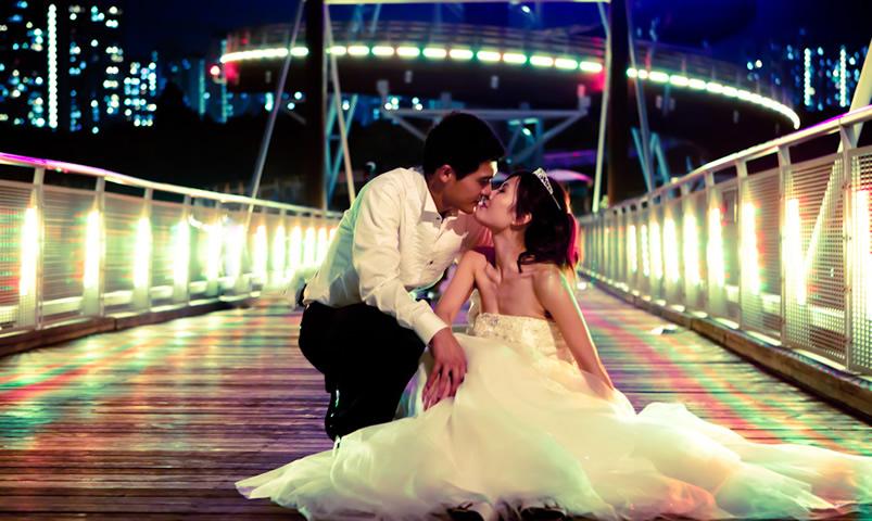 Hong Kong skyline kiss for a Hong Kong destination wedding by Destination wedding planner, Mango Muse Events