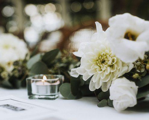 White garland centerpiece at a Vancouver destination wedding by Destination wedding planner Mango Muse Events