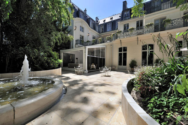Water fountain in the garden of the La Maison de Polytechniciens a destination wedding venue in Paris