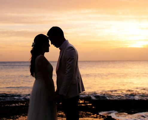 Sunset wedding in Hawaii by Destination wedding planner Mango Muse Events