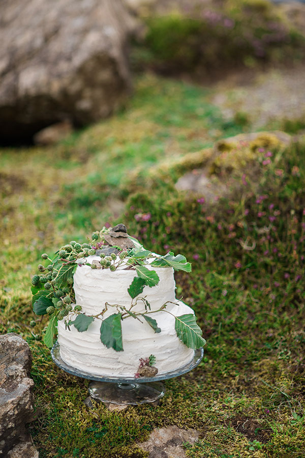Natural textured wedding cake Isle of Skye Scotland destination wedding by destination wedding planner Mango Muse Events