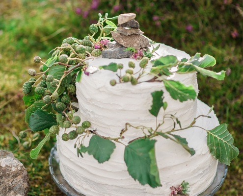 Textured and natural wedding cake with leaves and rocks for a Scotland destination wedding by destination wedding planner Mango Muse Events