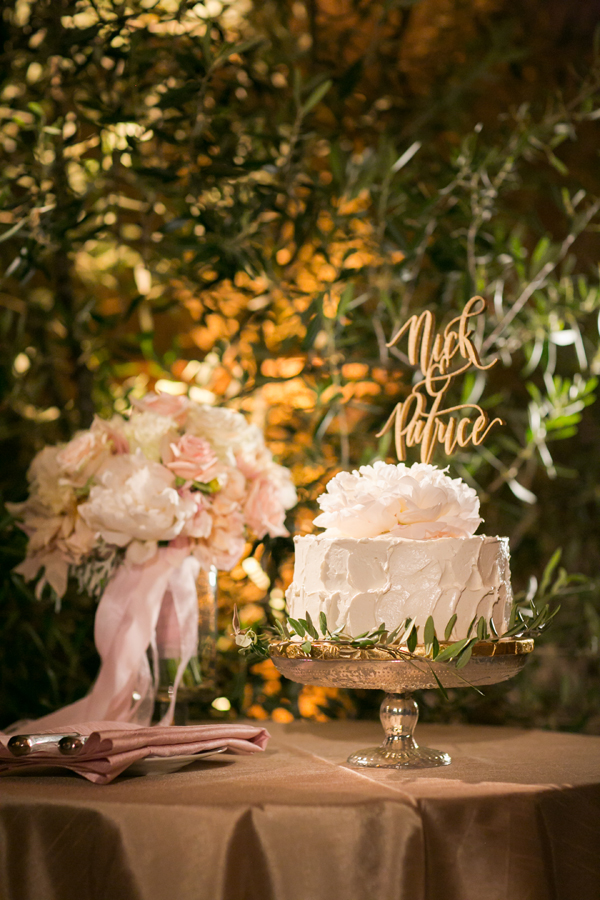 Textured white one tier wedding cake at a garden wedding by destination wedding planner Mango Muse Events