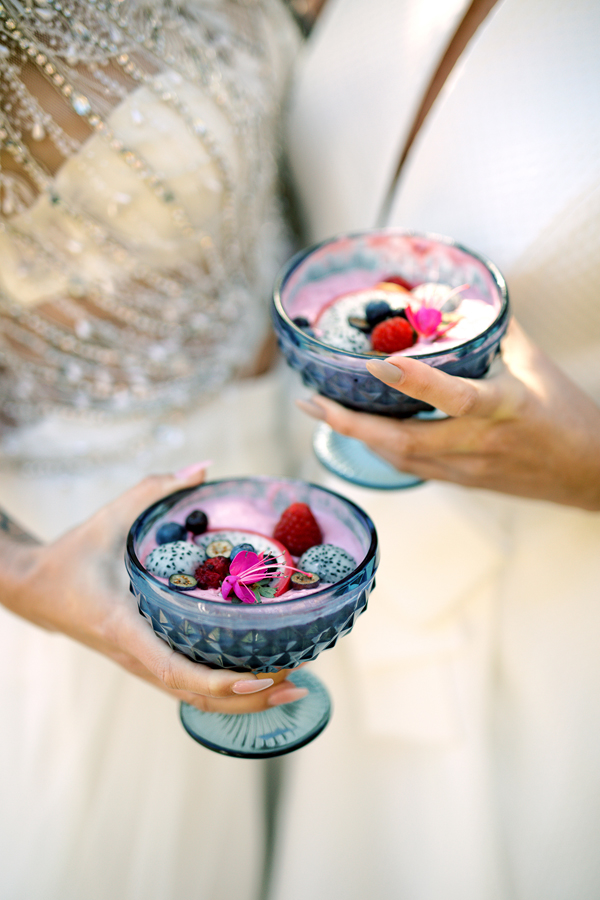 Colorful fruit smoothies as signature drinks for a healthy wedding in Amsterdam by destination wedding planner Mango Muse Events