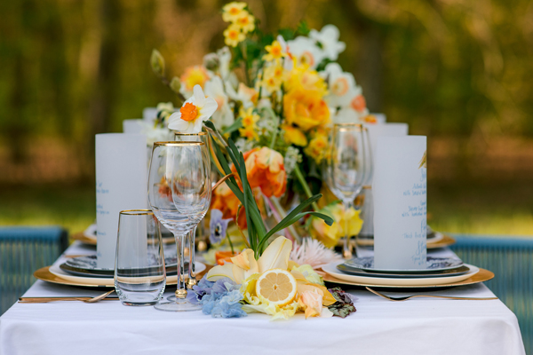 Overflowing flower wedding table for a spring wedding in Amsterdam by destination wedding planner Mango Muse Events